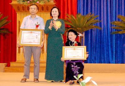 Thừa ủy quyền của Chủ tịch nước, đồng chí Bí thư Tỉnh ủy Phạm Thị Thanh Trà đã trao truy tặng danh hiệu